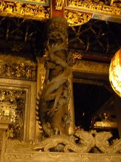 一本の木で彫られた龍